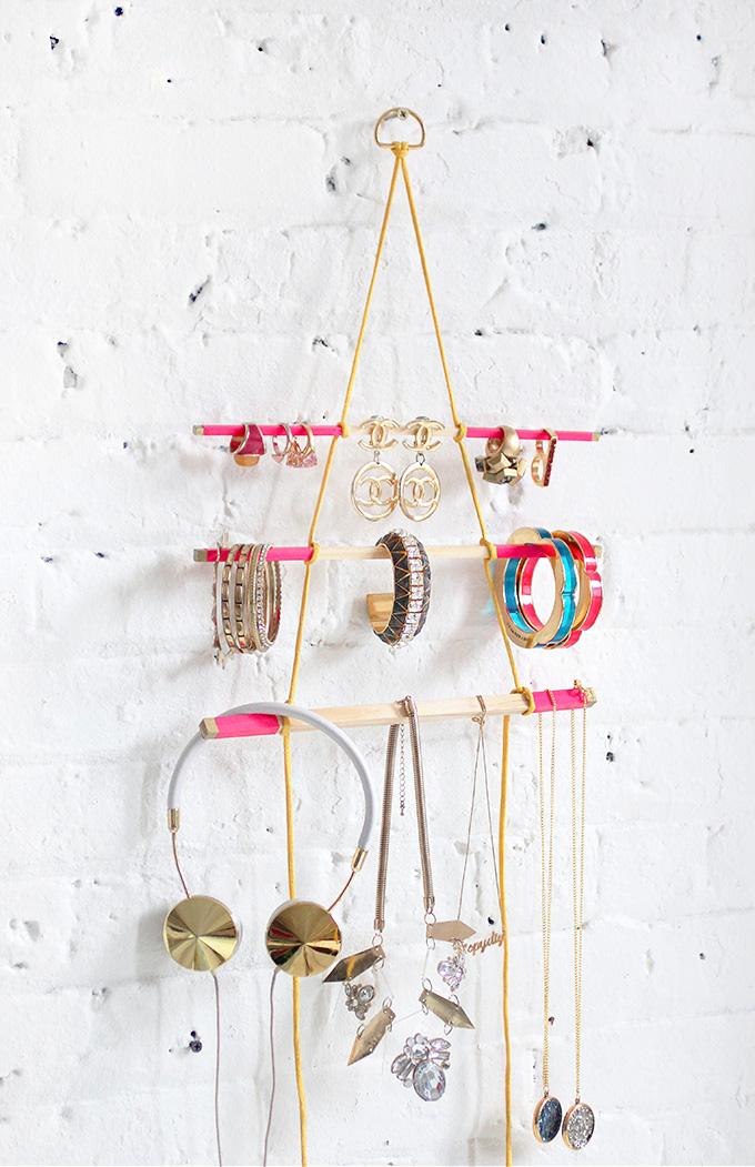 My diy hanging jewelry holder - Colgador de collares ...