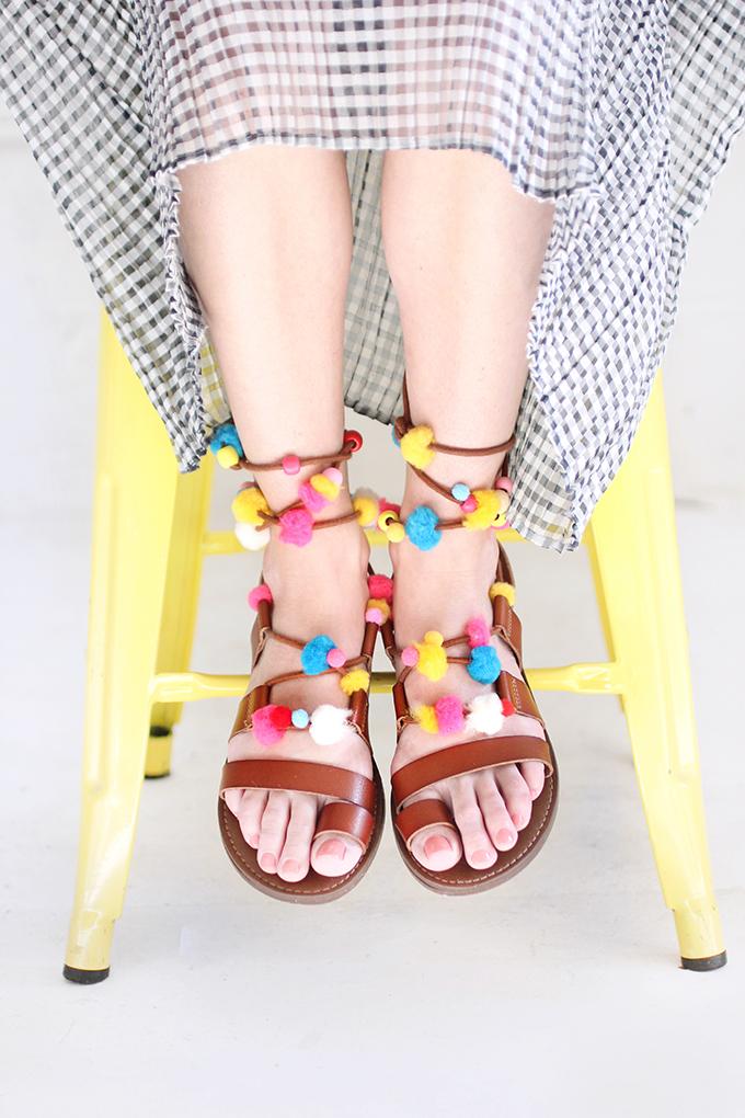 ispydiy_pompom_sandal2