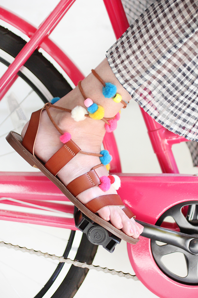 ispydiy_pompom_sandals1